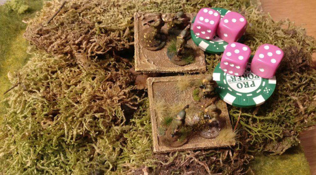 Diese beiden Schützentrupps wurden mit einem grünen Marker versehen. Sie sind dazu bestimmt, sich um bis zu 10 Zoll zu bewegen. Die Schützentrupps erwürfeln nun ihre Aktivierung und beziehen sich dabei auf die Kommandokarte des russischen Offiziers. Zum Bewegen erlaubt die rote Kommandokarte zwei W6-Würfel zu rollen. Das Ergebnis: Beide dürfen sich bewegen. Der Wert der Kommandokarte wurde erreicht.