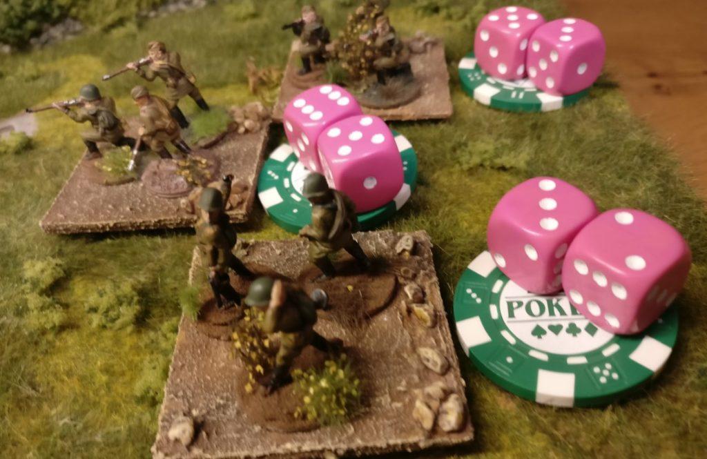 Diese drei Schützentrupps wurden mit einem grünen Marker versehen. Sie sind dazu bestimmt, sich um bis zu 10 Zoll zu bewegen. Die Schützentrupps erwürfeln nun ihre Aktivierung und beziehen sich dabei auf die Kommandokarte des russischen Offiziers. Zum Bewegen erlaubt die rote Kommandokarte zwei W6-Würfel zu rollen. Das Ergebnis: Zwei Trupps dürfen sich bewegen. Der Wert der Kommandokarte wurde erreicht. Ein Trupp muss stehen bleiben, da bei seinem Wurf der Wert der Kommandokarte nicht erreicht wurde.
