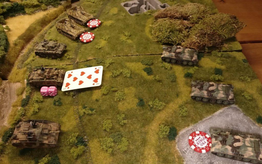 Dies ist die Situation: Der Panzer III geht in den Angriff über. Auf russischer Seite will der Sofageneral seinen T-34 in Feuerbereitschaft dazu benutzen, den Panzer III auszuschalten, bevor dieser seinen Schuss auslösen kann. Umgekehrt hat der deutsche Sofageneral zwei Panzerjäger Nashorn in Feuerbereitschaft versetzt, die sich nun ihrerseits um den feuerbereiten T-34 kümmern möchten.