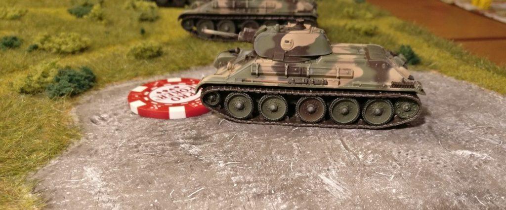 In weiser Voraussicht hat der russiche Sofageneral einen seiner T-34 in Feuerbereitschaft versetzt. Der rote Marker vor dem T-34 verkündet dies. Jetzt möchte der russische Sofageneral dem deutschen Panzer III zuvorkommen, bevor dieser sich dem anderen T-34 widmen kann.