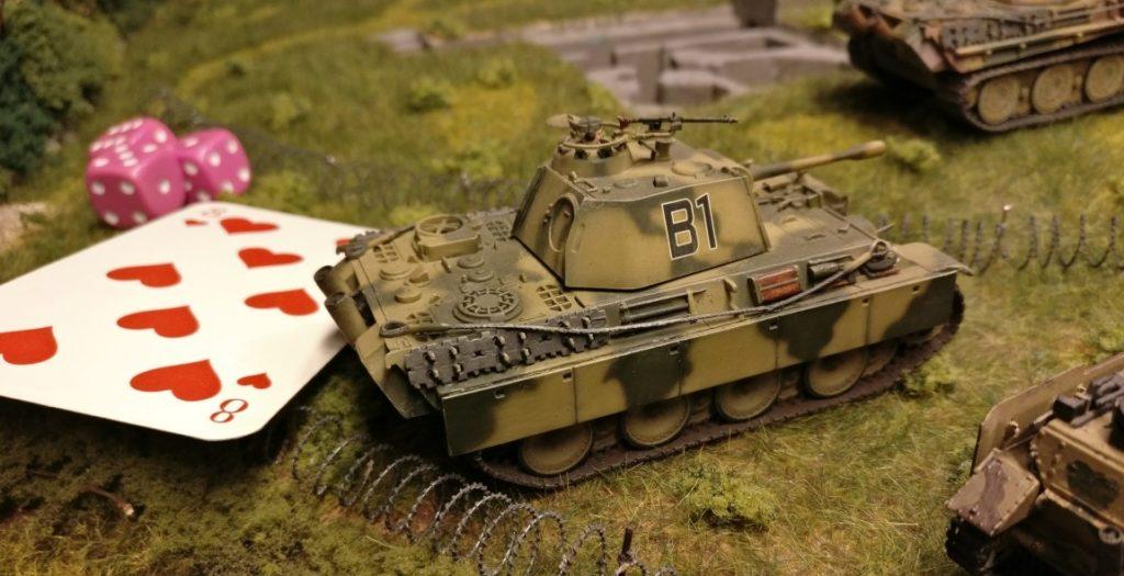 Dieser Führungspanzer Panther erkennt den anrückenden Feind auf 12:00 Uhr. Er nutzt seine Kommandokarte, erwürfelt den Kartenwert und gibt dann Befehle an drei weitere Panzer im Umkreis von 30 Zoll.