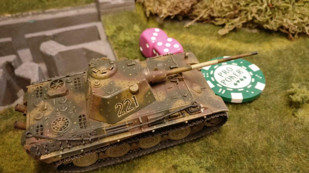 Der Panther erhält vom Führungspanzer den Befehl, sich zu bewegen. Dies wird durch einen grünen Marker am Fahrzeug angezeigt. Der Panther würfelt mir (nur) zwei W6-Würfeln passend zur roten Kommandokarte des Führungspanzers seine Aktivierung. Er erreicht den Kartenwert und darf sich somit bewegen. Geschickt: Bezieht er weit Vorne Aufstellung, wird er gegen eventuelle Angriffe von den beiden feuerbereiten Jagdpanzer IV gedeckt.