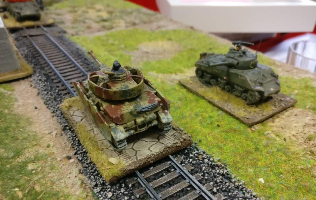 Panzer IV und Schörmi auf der Italien-Spielplatte von Graf Aujeszky. Schwere Gefechte in 15mm Spielgröße.