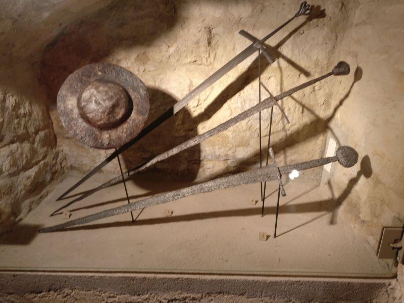Faustschild und ritterliche Schwerter in der militärhistorisch-hessischen Sammlung von Schloss Friedrichstein in Bad Wildungen