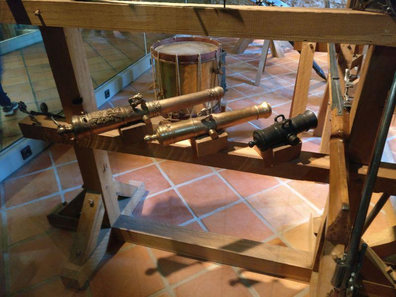 Modelle zweier Geschützrohre und eines Mörsers (17.+18. Jahrhundert) in der militärhistorisch-hessischen Sammlung von Schloss Friedrichstein in Bad Wildungen