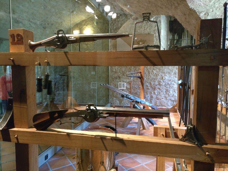 Radschloss-Reiterkarabiner sowie Pulverflaschen in der militärhistorisch-hessischen Sammlung von Schloss Friedrichstein in Bad Wildungen