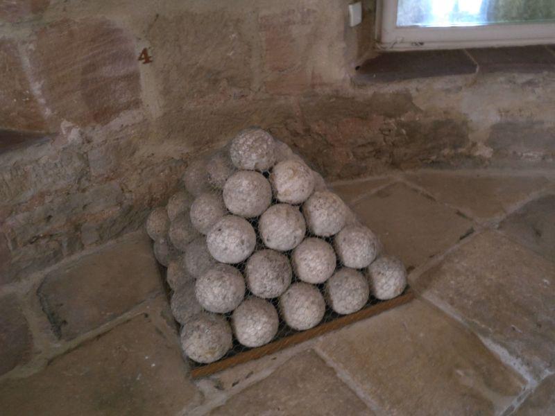 Kanonen und steinerne Kanonenkugeln aus dem 15. Jahrhundert in der militärhistorisch-hessischen Sammlung von Schloss Friedrichstein in Bad Wildungen
