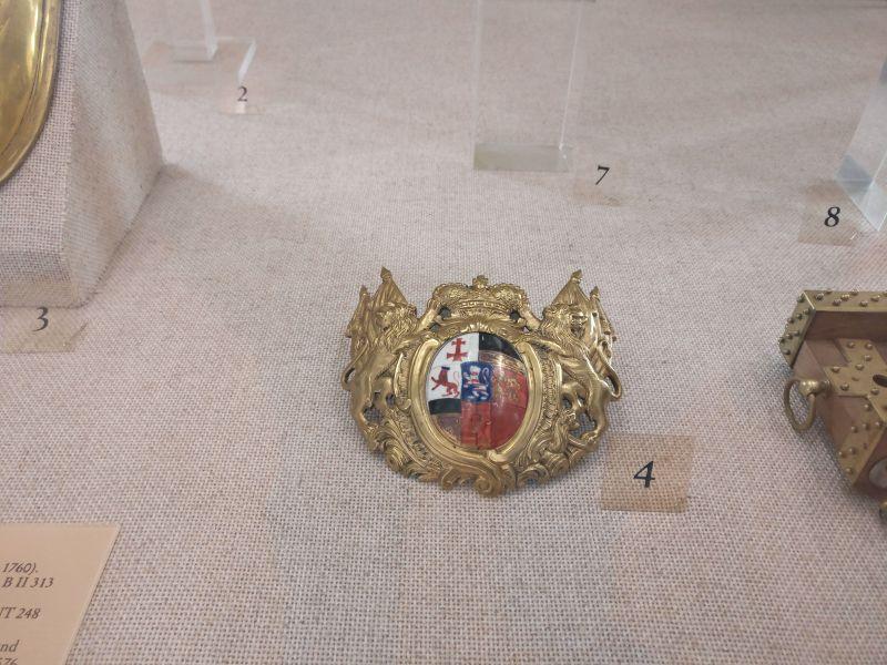 Auflage des Ringkragens eines Offiziers von 1750 - 1760 in der militärhistorisch-hessischen Sammlung von Schloss Friedrichstein in Bad Wildungen