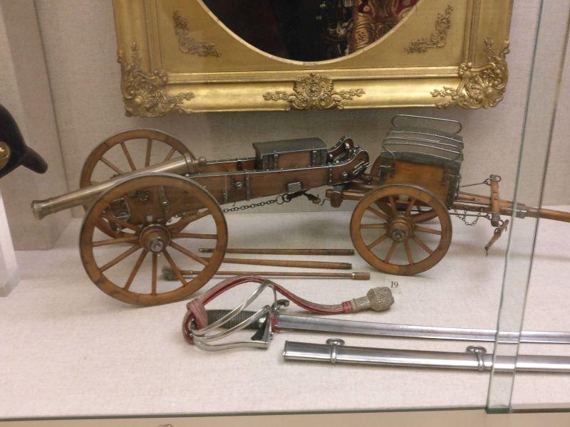 Arsenalmodell eines Geschützes mit zugehörigem Munitionswagen aus dem 19. jahrhundert in der militärhistorisch-hessischen Sammlung von Schloss Friedrichstein in Bad Wildungen