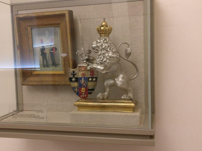 Löwe vom Schellenbaum des Leibgarde-Regiments, angefertigt von einem Hanauer Goldschmied, in der militärhistorisch-hessischen Sammlung von Schloss Friedrichstein in Bad Wildungen