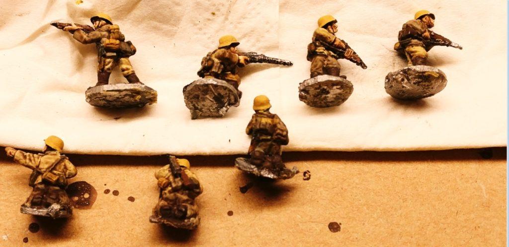 Erstes Ergebnis nach dem Bemalen der 15mm-Figuren (glaube, es sind welche von Battlefront?).  Der Wash ist bereits aufgetragen.