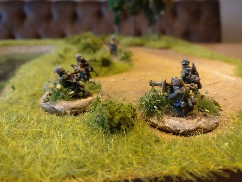 Die beiden Panzerabwehrtrupps / Anti Tank Teams mit ihren Raketenpanzerbüchse 54 / RPzB 54 / Panzerschreck
