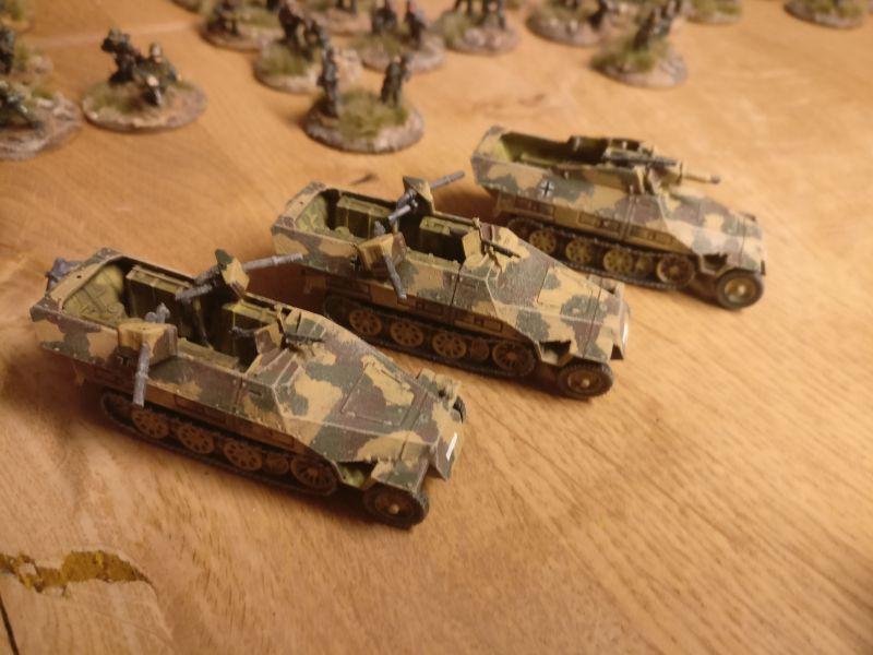 Die Farbe der drei Sd.Kfz. 251 von PSC / Plastic Soldier Company ist trocken. Ready to rumble.