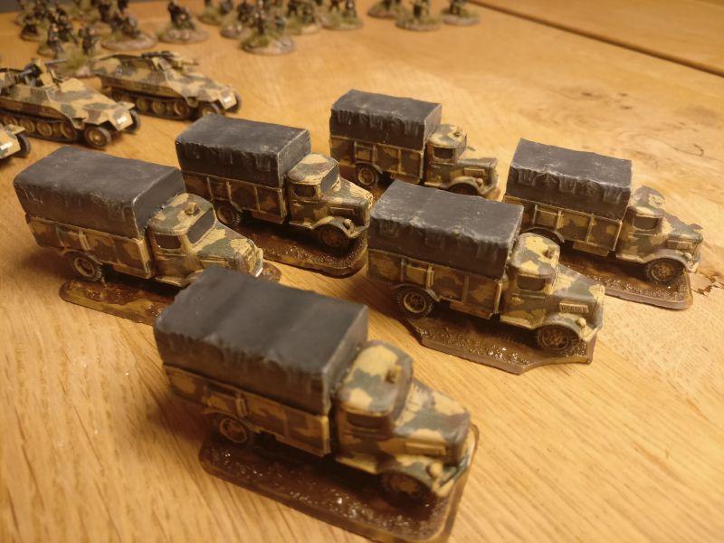 Fättich: die sechs Lkw sind einsatzklar. Die Infanterie-Züge der Sturmi Army können aufsitzen.