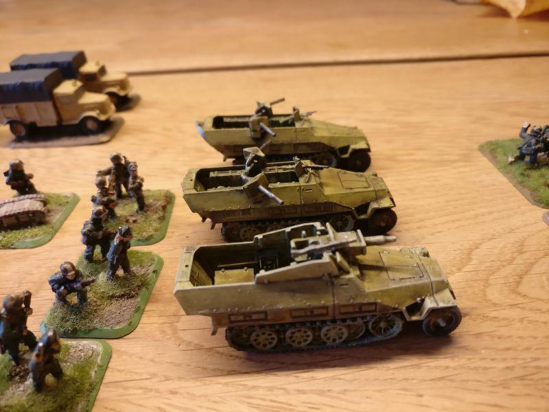 Ein schnuckeliges Sd.Kfz. 251/9 m. Spw. (7,5cm) und zwei Sd.Kfz. 251/16 Mittlerer Flammpanzerwagen mit zwei 1,4-cm-Flammwerfern 42, Serienproduktion auf Ausf. D gingen auch ins Netz.