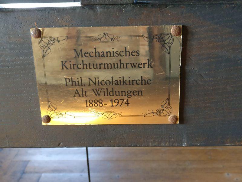 Die Tafel: das mechanische Kirchturmuhrwerk der ehemaligen Philip-Nicolai-Kirche in Altwildungen (1888-1974). Zu sehen im Rundturm von Schloss Friedrichstein in Bad Wildungen.