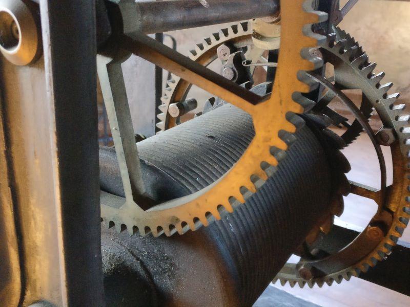 Die genaue Uhrzeit: das mechanische Kirchturmuhrwerk der ehemaligen Philip-Nicolai-Kirche in Altwildungen (1888-1974). Zu sehen im Rundturm von Schloss Friedrichstein in Bad Wildungen.