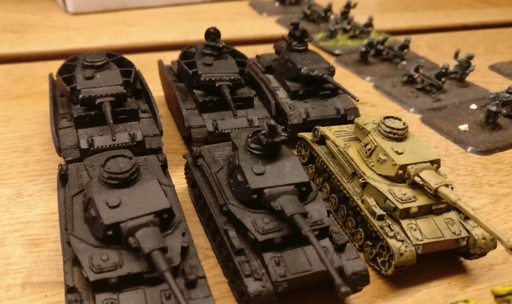 Panzer fürs PBI-Afrikakorps: ein Panzer III (rechts hinten der) und ein Panzer IV Ausf. F2 (rechts vorne der)