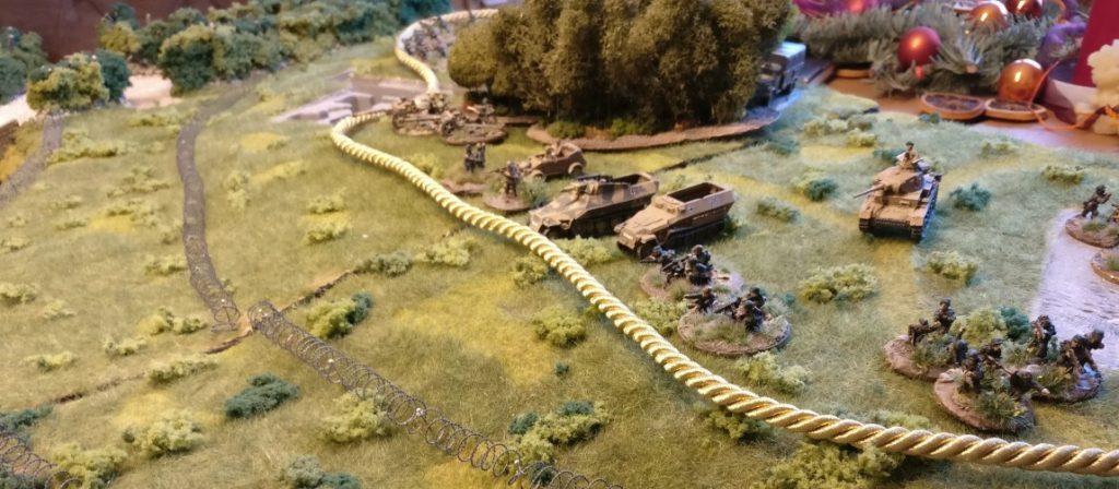 Zuerst zieht man eine gedachte Linie entlang der Stellungen der vordersten eigenen Truppen. Hier verläuft die Kordel entlang dieser Linie auf der Seite des Spielers der deutschen Seite.