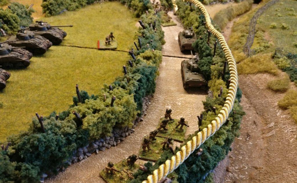 Auch auf der Seite des Spielers der alliierten Seite zieht man die gedachte Linie entlang der vordersten Stellungen der Truppen. Auch hier haben wir die Linie mit der Kordel angedeutet.
