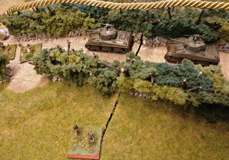"""Im Vordergrund erkennen wir den """"Gefechtsstand der alliierten Seite. Es ist die Infanterie-Base mit der roten Markierung. Spannende Frage: Befindet sich der Gefechtsstand in der HKL?"""
