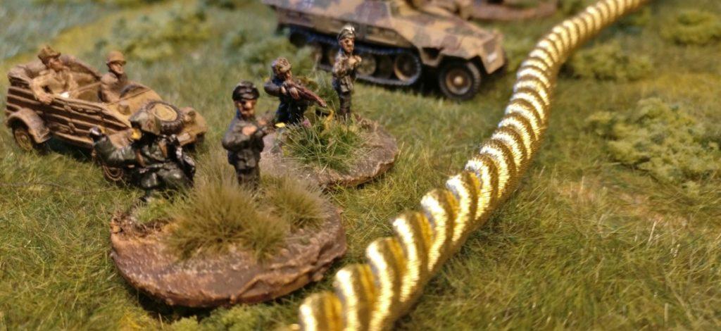 Hier der Gefechtsstand des  Spielers der deutschen Seite. Gleich zwei Offiziersbasen finden sich hier. Es stellt sich die gleiche Frage: Steht der Gefechtsstand in der HKL?