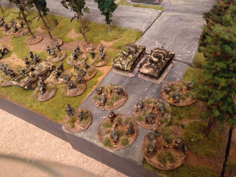 Der zweite deutsche Infanteriezug, der Granatwerferzug und die beiden Panzer III.