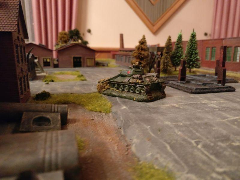 Im Hintergrund sieht man die beiden Hallen, welche von Rotarmisten besetzt gehalten werden.