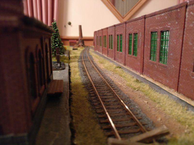 Der Streifen Niemandsland zwischen Vorfeld und Fabrikhalle. Er wird von dem Zug russischer Granatwerfer in der Industrieruine im Hintergrund eingesehen.