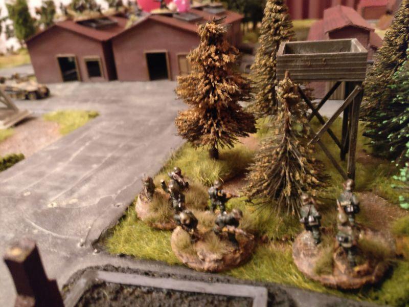 In einem kleinen Waldstück beziehen deutsche Panzergrenadiere Stellung.
