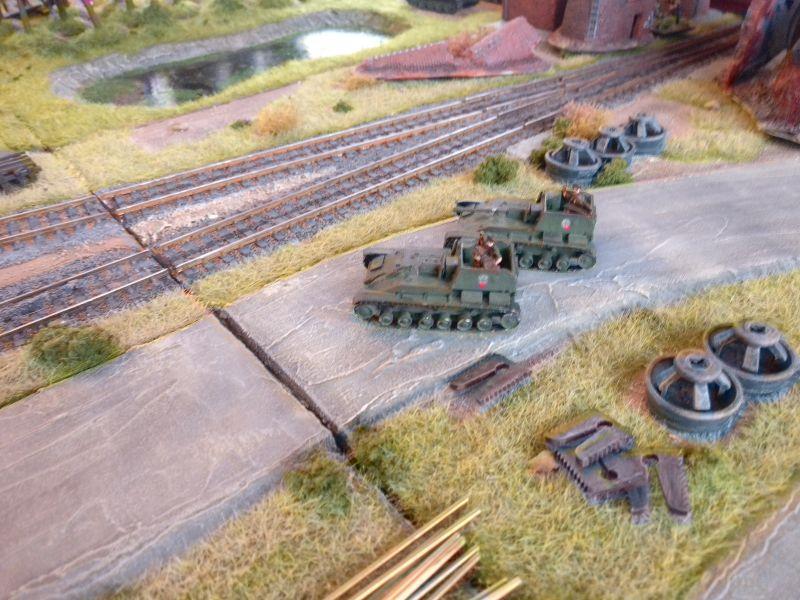Die beiden SU-76 beeinflussen den Ausgang des Spiels, indem sie die Halle mit dem besetzten Objective beharken.