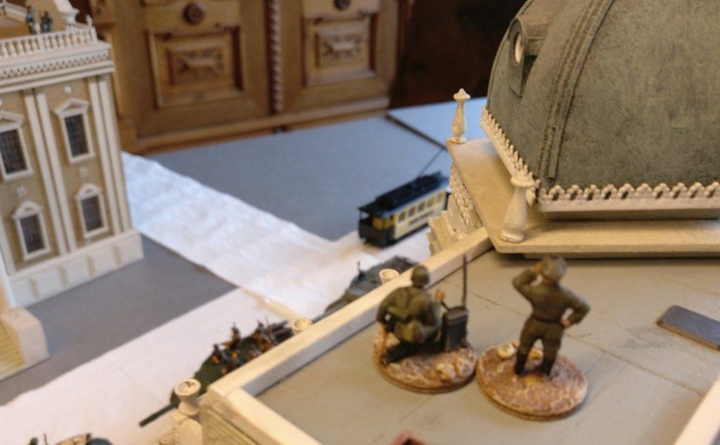 Ein Artilleriebeobachtungstrupp auf dem Dach des gleichen Gebäudes, jedoch zur Königstraße hin.
