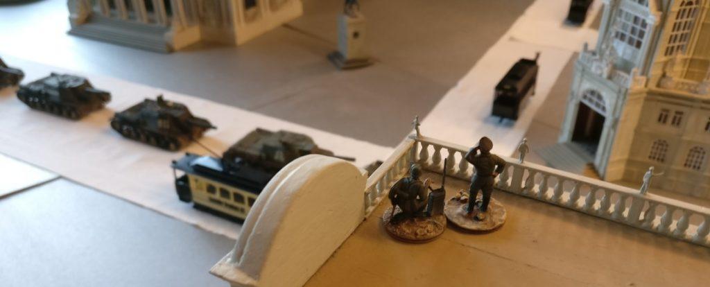 Ein Artilleriebeobachtungstrupp auf dem Dach des Prussia Museums.