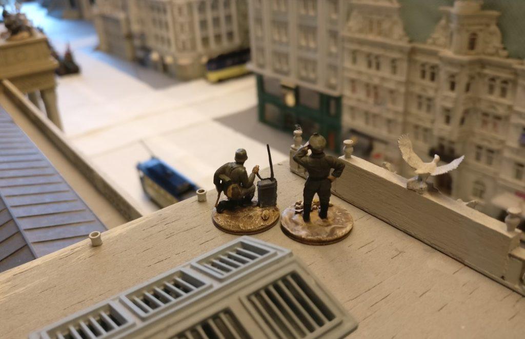 Ein  Artilleriebeobachtungstrupp auf dem Dach der Kunstakademie.