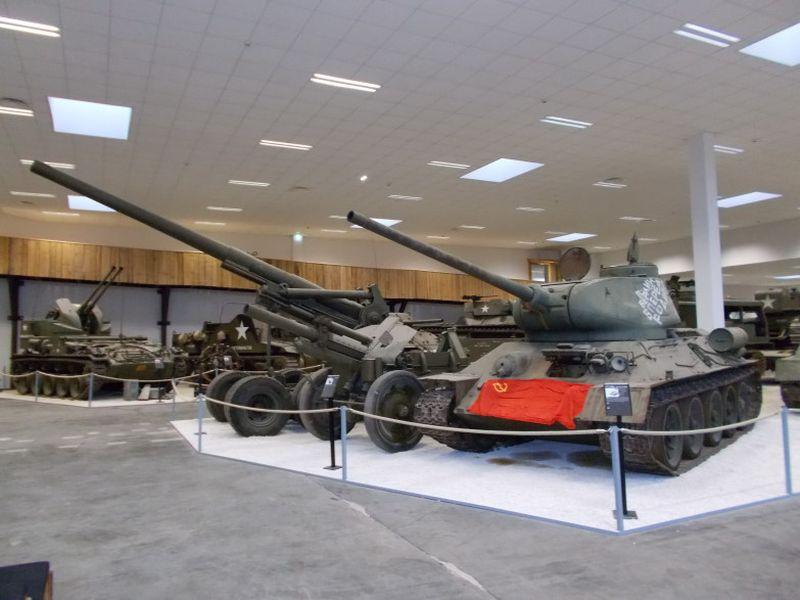 T-34/85. 122-mm-Haubitze M1938 (M-30). 155 mm Gun M1 / M2 / M59, allgemein bekannt als Long Tom. Foto aus dem MM Park-France La Wantzenau.