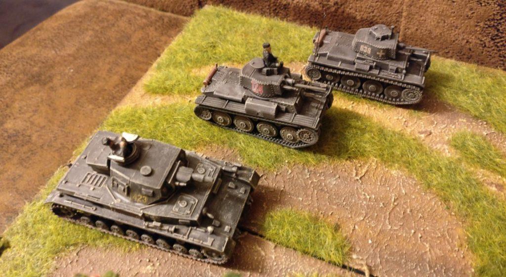 Die drei deutschen Kampfpanzer fahren einen Angriff gegen eine russische Granatwerferstellung.