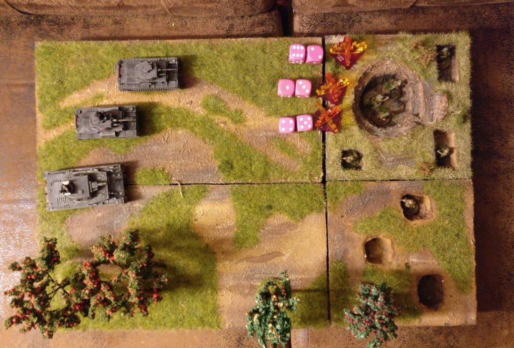"""Und so geht es. Für jeden der drei Treffer der deutschen Kampfpanzer hat der Spieler der russischen Seite einen Panzerungswurf mit zwei W6-Würfeln. Das Grbensystem hat zu Beginn zwei Strukturpunkte. Aber schauen wir uns an, was passiert. Der erste Panzerungswurf (""""6""""+""""2"""") gelingt. Das Grabensystem und auch die darin in Deckung befindlichen Teams erleiden keinerlei Schaden. Der zweite Panzerungswurf (""""1""""+""""3"""") misslingt. Das Grabensystem verliert einen Strukturpunkt, besitzt also noch genau einen Strukturpunkt. Auch das Granatwerferteam im Graben muss einen Deckungswurf ausführen (den wir hier nicht darstellen). Der dritte Deckungswurf (""""4""""+""""5"""") gelingt wieder. Erneut erleiden weder das Grabensystem noch das Granatwerferteam einen Schaden. Das Grabensystem geht als mit nur noch einem Strukturpunkt in die nächste Runde."""