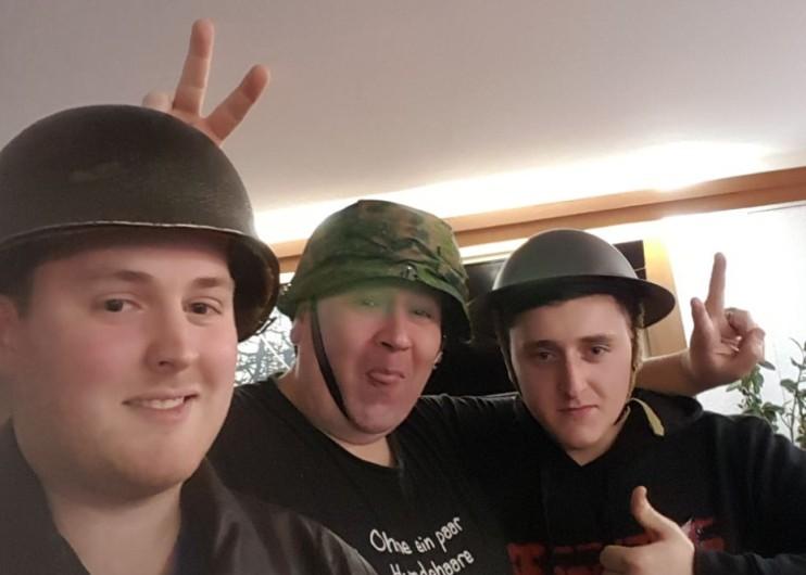 Drei Sofageneräle vor dm Spiel.