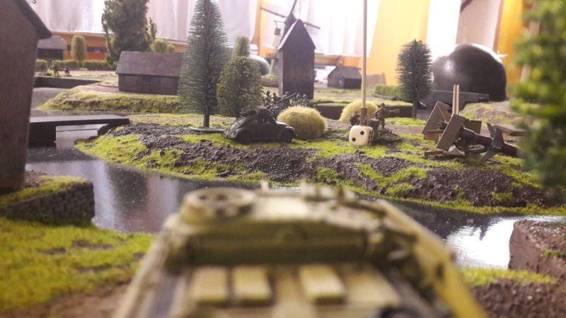 Das StuG hätte gerne die alliierten Fallies daran gehindert, die Reintochter zu zerstören. Leider befand sich ein deutscher Kübelwagen in der Schusslinie.