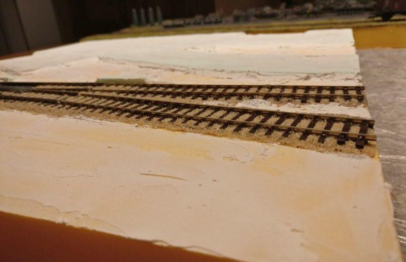 Blick auf den Erdboden entlang des Gleisstrangs. Hier wurde ausschließlich Strukturpaste aufgetragen.