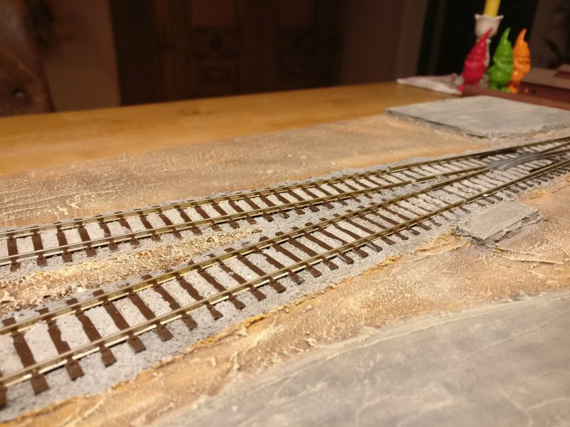 Hier der fertig bemalte Schotter der Gleispartien.