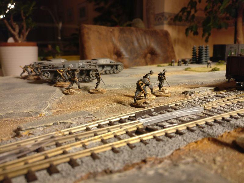 Hier stürmt das Schützen-Regiment 103 der 14. Panzerdivision über die Gleisanlagen von Shturmigrad.
