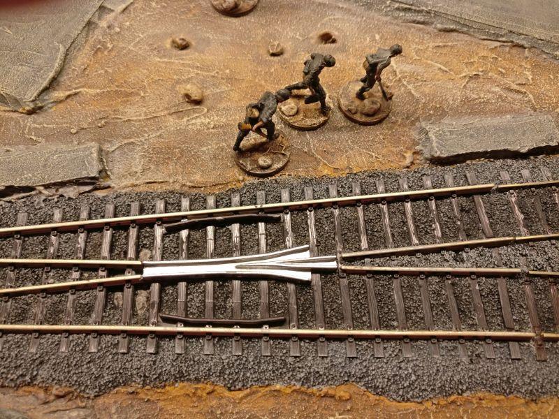 Hier erkennt man sehr deutlich den Unterschied zwischen Schotter ohne Trockenbürstung mit Grau (zwischen den Gleisen) und Schotter mit Trockenbürstung (seitliche Schotteranschüttung)