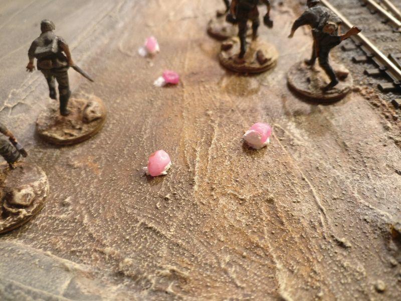 Hier wurden die Steine zwischen die zum Entertainment des Malers aufgestellten Figuren drapiert.