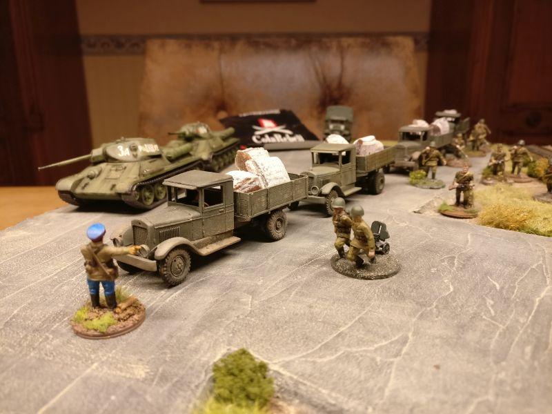 Die Trucks der Roten Armee werden zum Abladen eingewiesen. Der Kommissar trägt Sorge dafür, dass der Herr General die nächsten Runden im großen vaterländischen Krieg durchpowern kann.