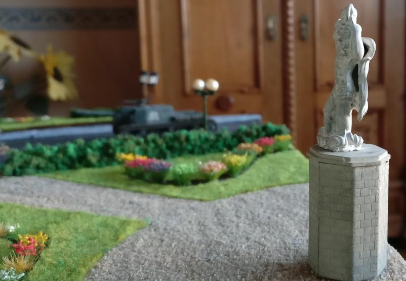 """Die Skulptur in den Gartenanlagen rund um das Landeshaus auf der Spielplatte """"Königsberg 1945"""""""