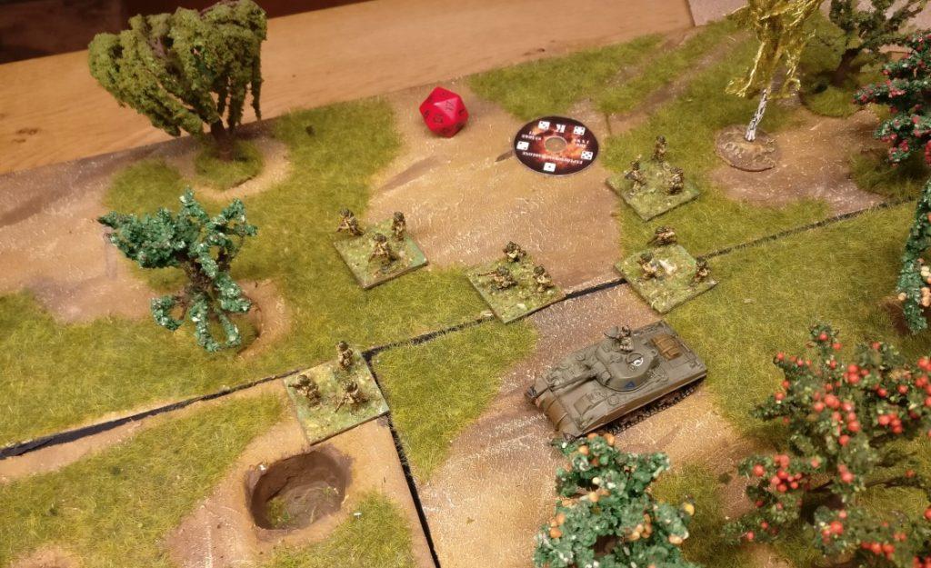 Dies soll unsere Spielweise sein, auf welcher wir erläutern, wie die Abweichung ermittelt wird. Ein Sherman Tank und mehrere Infanterie-Trupps marschieren nach Vorne. Plötzlich kommt ein Feuerüberfall des Granatwerferteams aus dem Titelfoto. An der Stelle der kleinen Schablone oben geht der Segen nieder. Jetzt kommt die Ermittlung der Abweichung zum Einsatz.