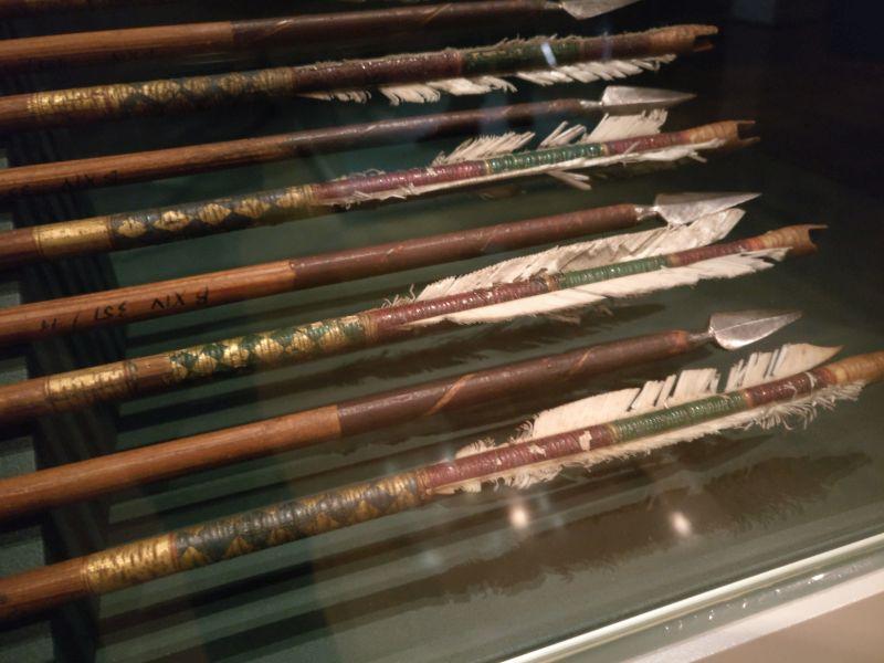 Zehn Pfeile. Jeder Krieger besaß seine eigenen Pfeile. Der Eigner dieser Pfeile zierte sein Gerät mit Blattgold und einer Metallfadenwicklung. Bad Wildungen Hotel Turcica / Schloss Friedrichstein.
