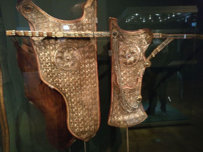 Eine weitere Garnitur Köcher. Der Reflexbogen stellte die wichtigste Waffe des osmanischen Heeres dar. Bis zu 20 Pfeile konnte ein geübter Reiter pro Minute verschießen. Bad Wildungen Hotel Turcica / Schloss Friedrichstein.