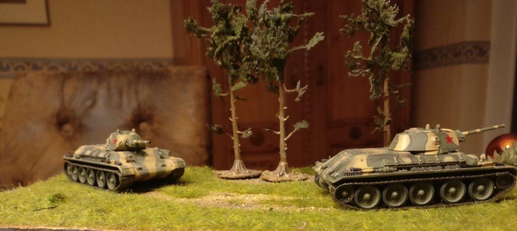 Zwei Dragon Armor 60473 T-34/76 Mod. 1941 der 1. Garde-Panzer-Brigade (1st Guards Armoured Brigade)